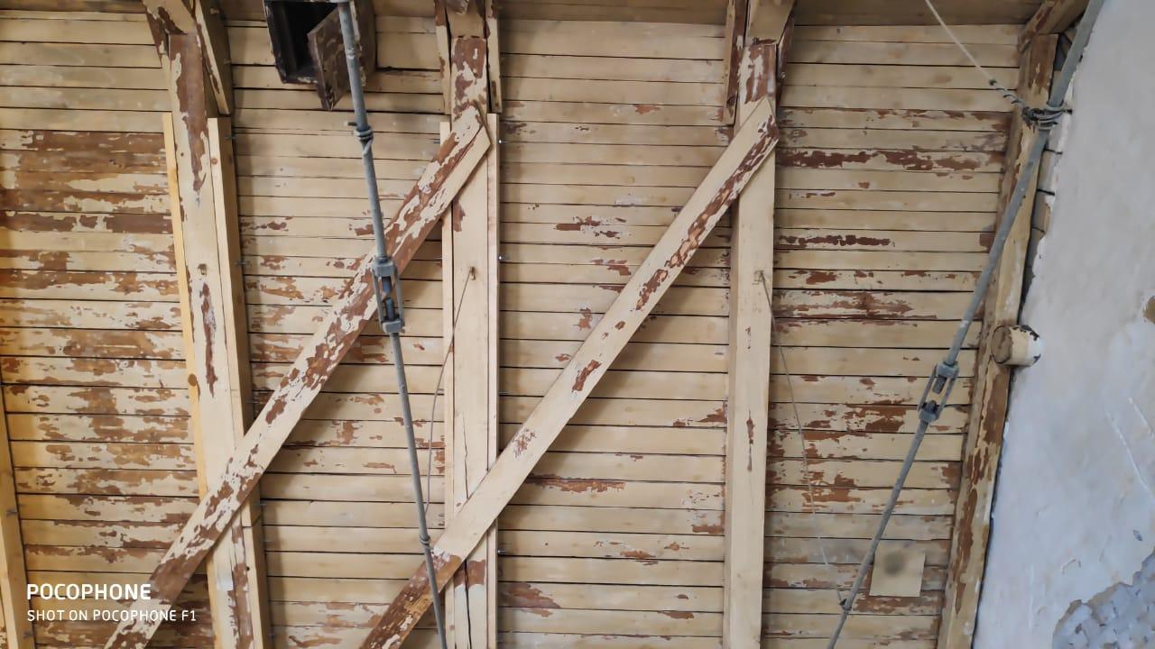 Очистка от старой краски деревянного потолка