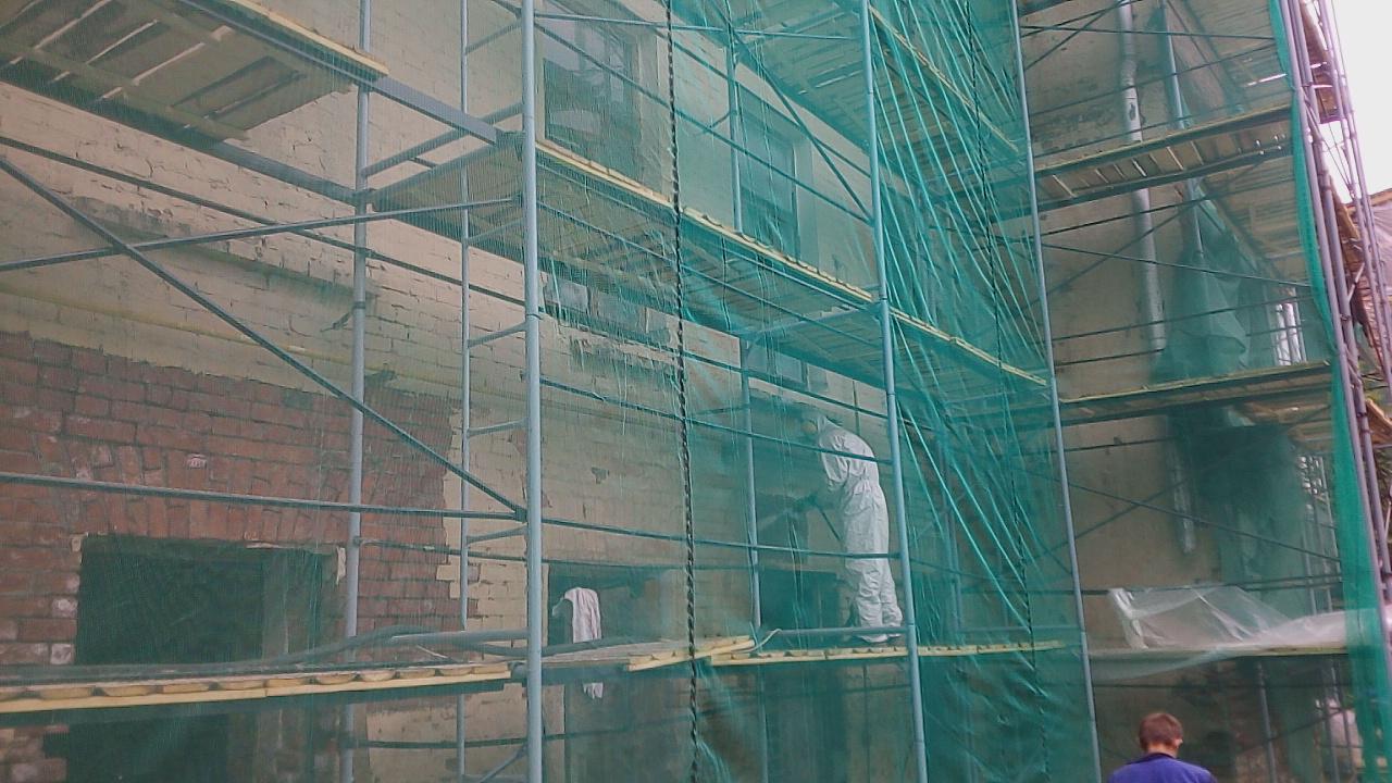 Гидроабразивная очистка фасадов зданий от старой краски.