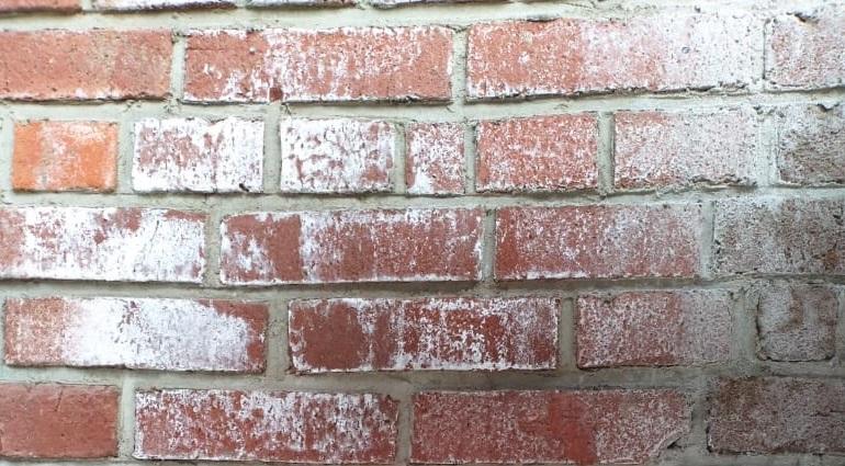 Удаление высолов с фасадов из красного кирпича
